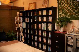 施術室の本棚